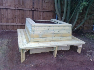 Seated planter with removable lid for drain access